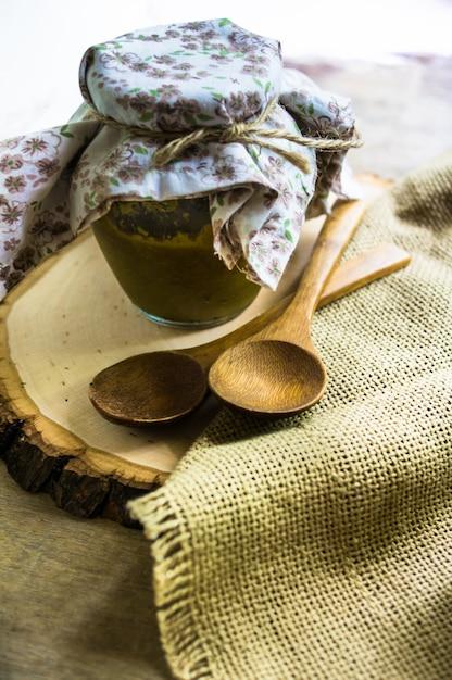 Met de hand gemaakte tkemali-saus Premium Foto