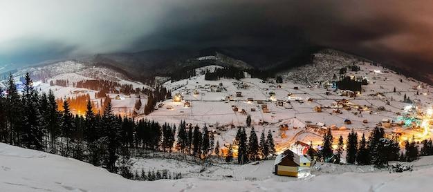 Met sneeuw bedekte huizen in de bergen karpaten oekraïne Premium Foto