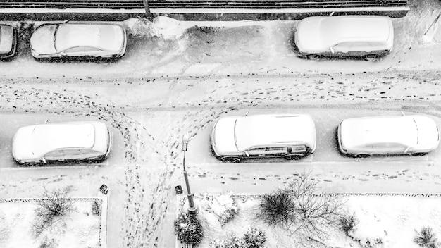 Met sneeuw bedekte parkeerplaats Premium Foto