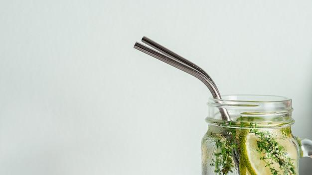 Metaal rekupereerbaar het drinken stro, copyspace Premium Foto