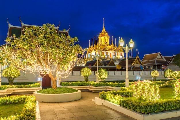 Metaalkasteel verlaten slechts in bangkok, thailand, in de wereld, onder schemering avondhemel Premium Foto