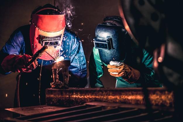 Metaallassen staal werkt met behulp van een elektrische booglasmachine Premium Foto