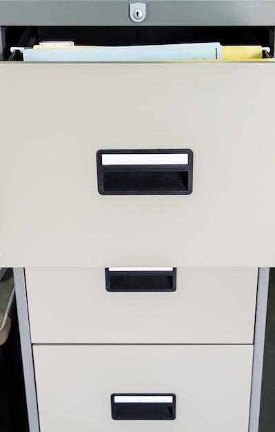 Metalen archiefkast met open lade. Premium Foto