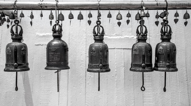 Metalen bel bij de boeddhistische tempel Gratis Foto