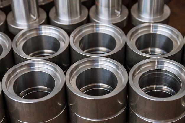Metalen cilindrische onderdelen na bewerking op een moderne cnc freesmachine. moderne technologieën. Premium Foto
