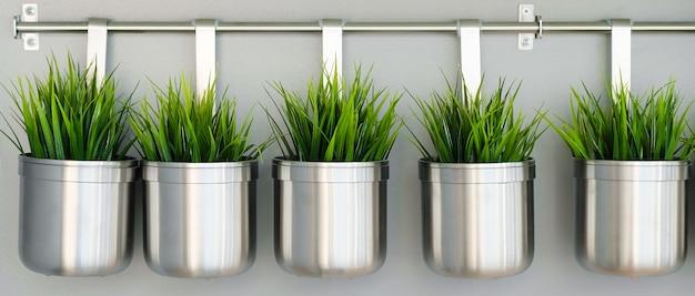 Metalen decoratieve vazen en bloempotten Premium Foto