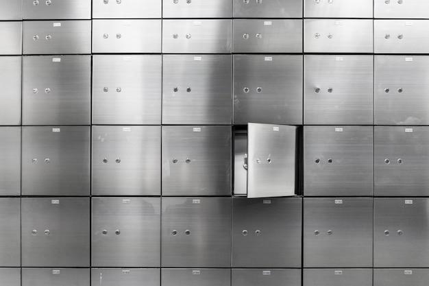 Metalen kluis paneelwand met open. concept voor sucurity en bankbescherming. Premium Foto