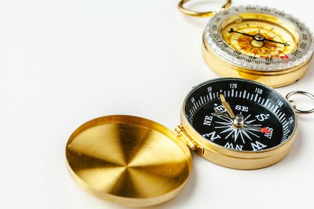 Metalen kompas geïsoleerd Premium Foto
