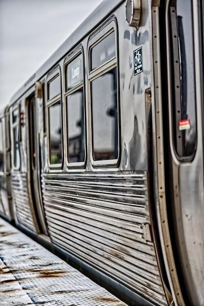 Metalen trein in het treinstation van chicago Gratis Foto