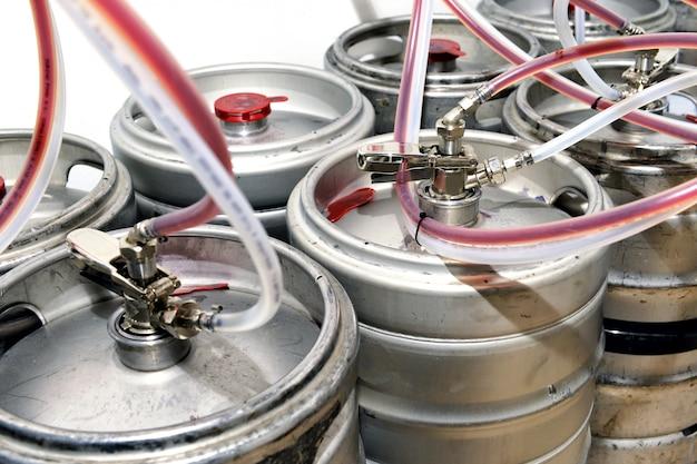 Metalen vaten gevuld met tapbier in een wijnmakerij Premium Foto