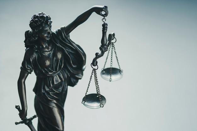 Metalen zilveren standbeeld van justitie met schalen Premium Foto