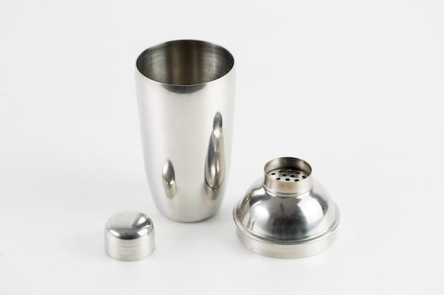 Metalen zilveren thermoskan met drie stukken geïsoleerd op een witte muur Gratis Foto