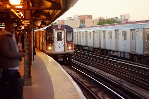 Metro van new york komt aan op het station. Premium Foto