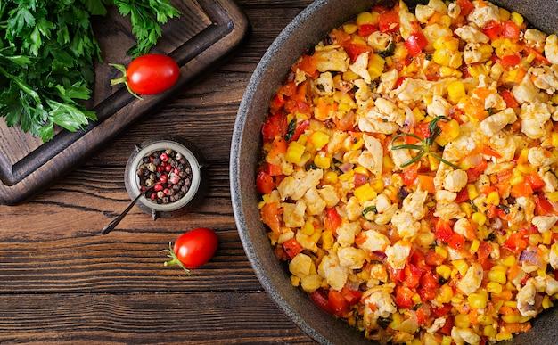 Mexicaanse chili van kip met paprika en maïs. chili con carne. mexicaanse, texaanse keuken. bovenaanzicht plat leggen Premium Foto