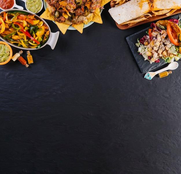 Mexicaanse gerechten op zwarte achtergrond Gratis Foto