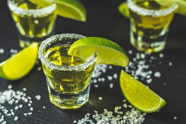 Mexicaanse gouden tequila geschoten met limoen en zout Premium Foto