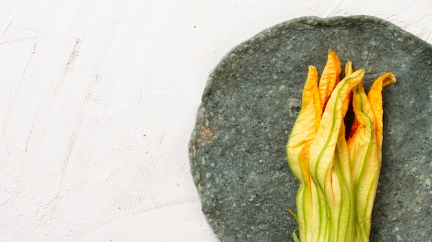 Mexicaanse groente op plaat met witte achtergrond Gratis Foto