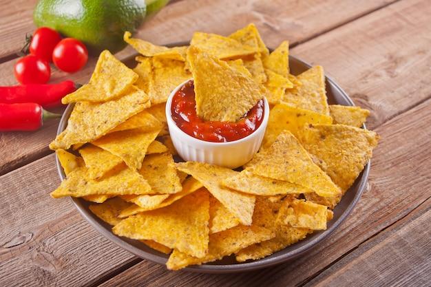Mexicaanse maïs chips nacho's met salsa duik Premium Foto