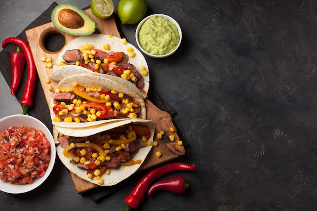 Mexicaanse taco's met gemarmerde rundvlees en groenten. Premium Foto