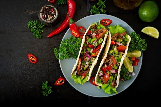Mexicaanse taco's met rundvlees in tomatensaus en salsa Gratis Foto