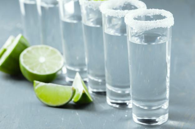 Mexicaanse tequila in korte glazen met limoen en zout Premium Foto