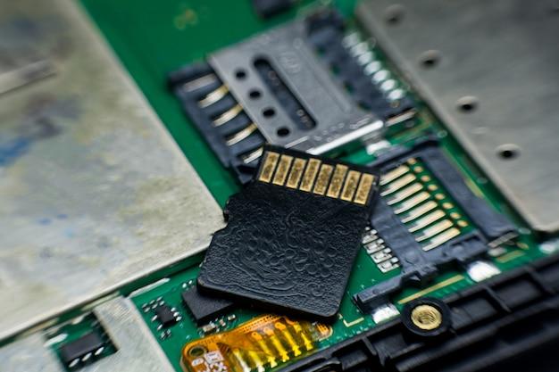 Micro sd-kaartgroef binnen de slimme telefoon van de elektronische kringsraad. gedemonteerde onderdelen van mobiele telefoons. Premium Foto