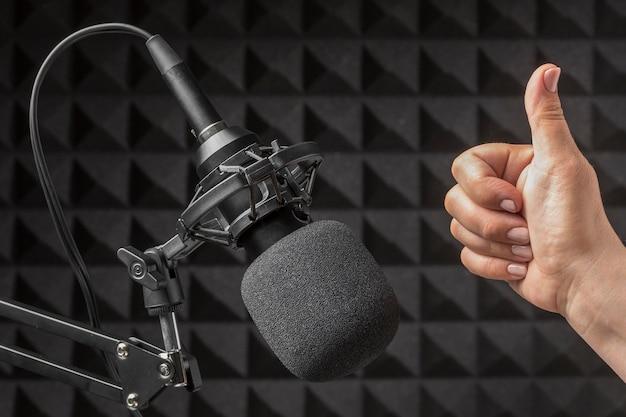 Microfoon en hand omgeven door akoestisch isolatieschuim Premium Foto