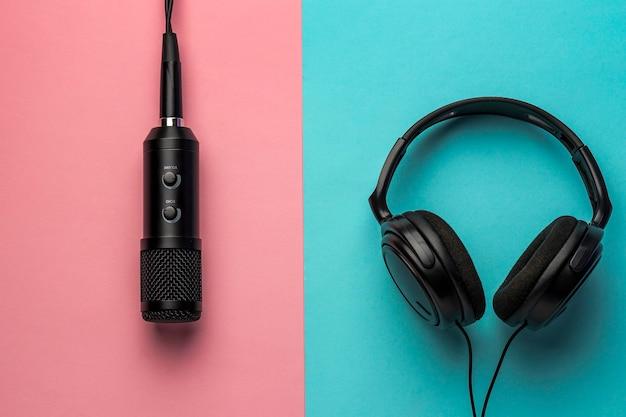 Microfoon en koptelefoon op roze en blauwe achtergrond Gratis Foto