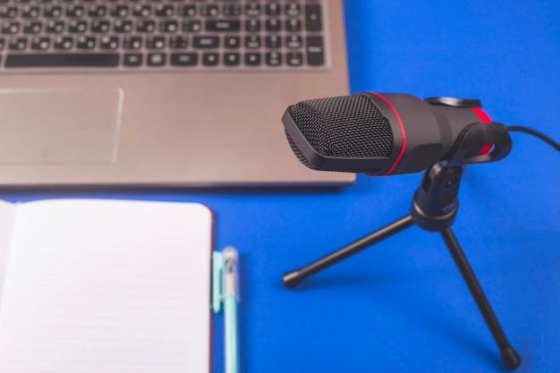 Microfoon en notitieblok voor het opnemen van podcasts. Premium Foto