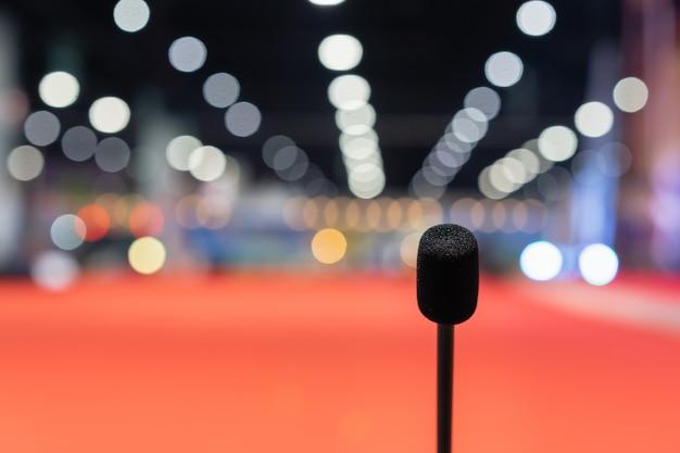 Microfoon in vergaderzaal voor een feestzaal of een conferentieruimte. Premium Foto