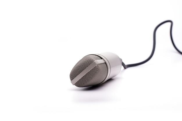 Microfoon met een kabel die op een wit wordt geïsoleerd Gratis Foto