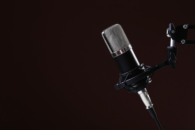 Microfoon op donker Gratis Foto