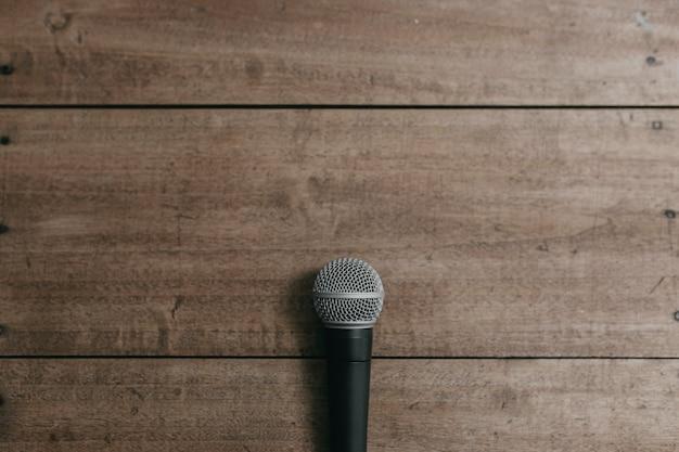 Microfoon op een houten tafel Premium Foto