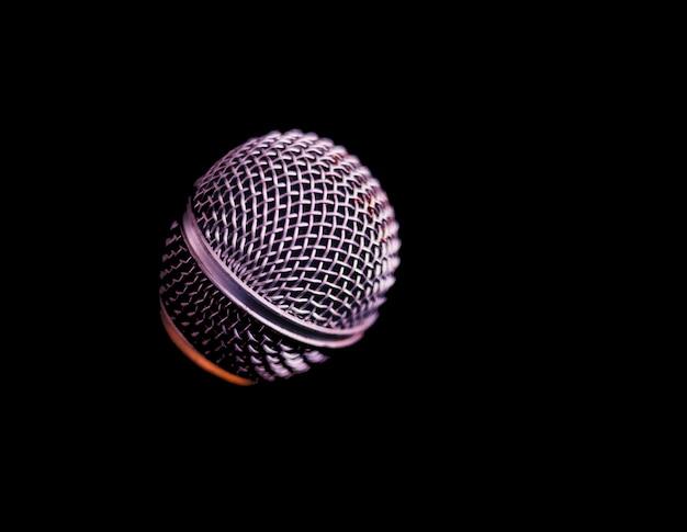 Microfoon op een zwarte Premium Foto