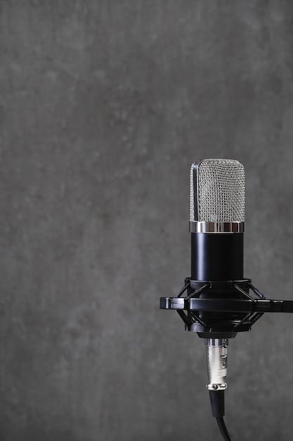 Microfoon op grijs Gratis Foto