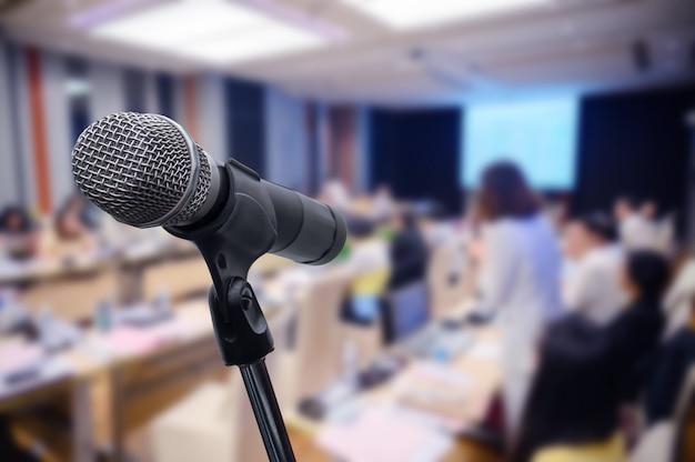 Microfoon over het wazige zakelijke forum vergadering of conferentie Premium Foto