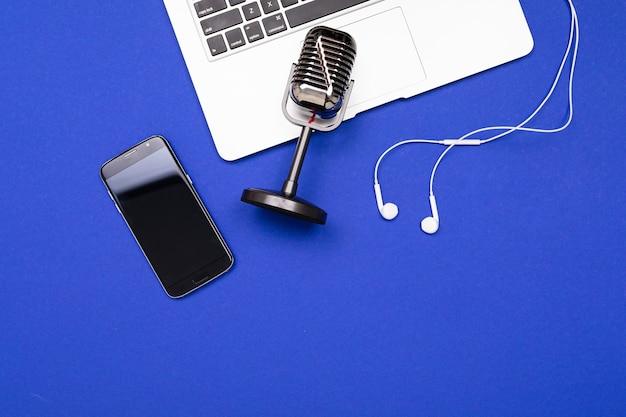 Microfoon voor het opnemen van podcasts op een blauwe achtergrond voor de screensaver. Premium Foto