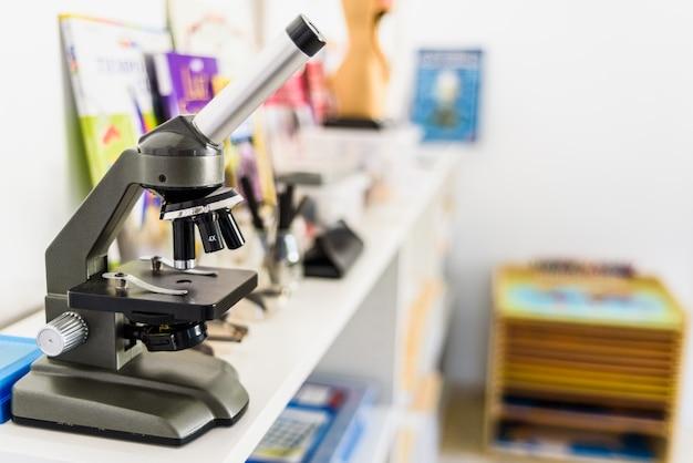 Microscoop in een klaslokaal voor kinderen. Premium Foto