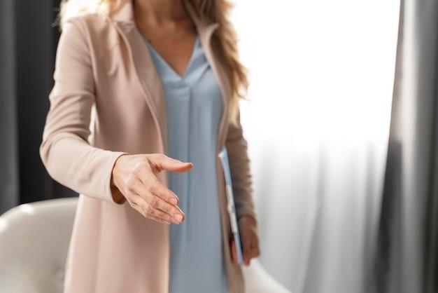 Mid shot vrouw therapeut bereiken Gratis Foto