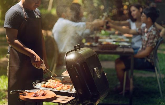 Middagfeest, barbecue en geroosterd varkensvlees Premium Foto