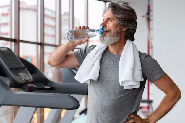 Middel geschoten mensen drinkwater bij gymnastiek Gratis Foto
