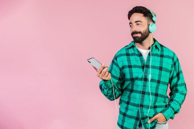 Middel geschotene mens die aan muziek luistert Gratis Foto