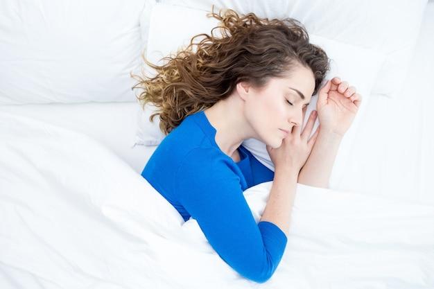 Middelbare leeftijd mooie vrouw slapen in bed Gratis Foto