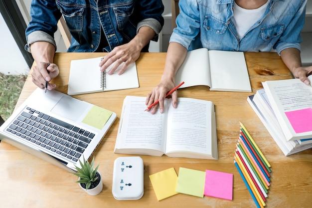 Middelbare scholieren of klasgenoten met hulpvrienden die hun huiswerk leren Premium Foto