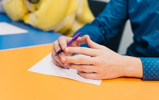 Middelbare school of universiteitsstudent schrijven in collegezaal Premium Foto