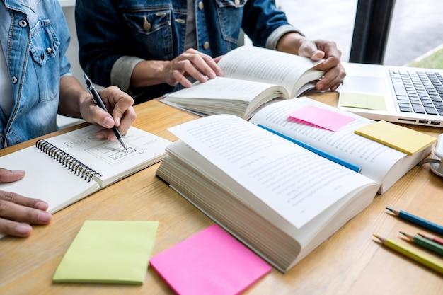 Middelbare schoolstudenten of klasgenoten groepsbegeleider in bibliotheek studeren en lezen met helpt vriend huiswerk Premium Foto