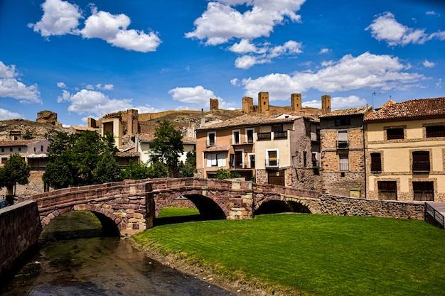Middeleeuws dorp molina de aragon in spanje met een romeinse brug en een fort Premium Foto