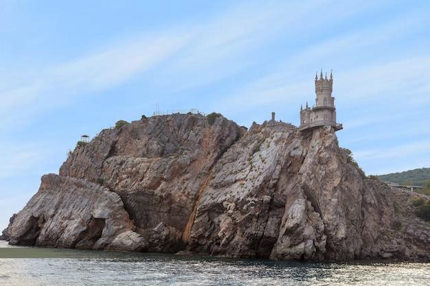 Middeleeuws kasteel swallow's nest gelegen op de top van een rotsachtige klif tussen de zwarte zee. beroemde bezienswaardigheid van de oude toren in de krim, rusland. Premium Foto