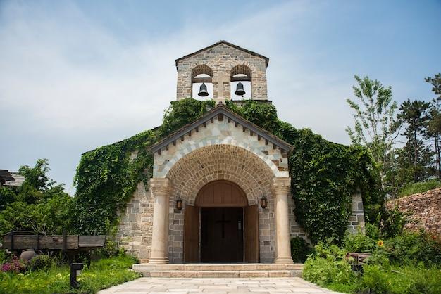 Middeleeuws kerkgebouw met twee klokken op de top Gratis Foto