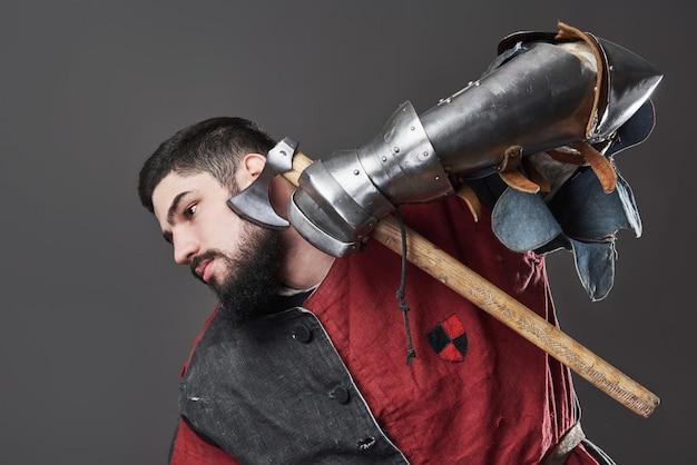 Middeleeuwse ridder op grijs Gratis Foto